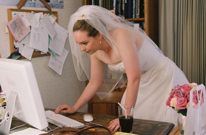 結婚式に使うウィッグを通販で探す花嫁の写真